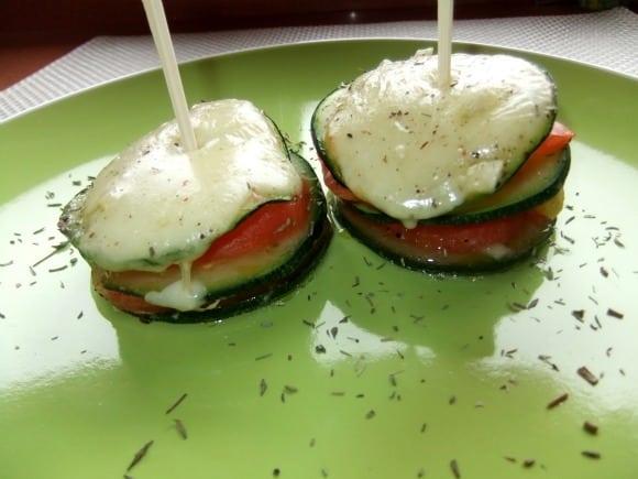 Torrecitas de calabacín, higos y tomate