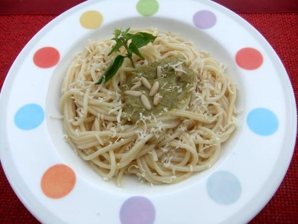 Espaguetis ecológicos con salsa pesto