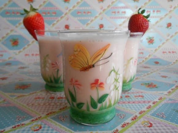 lassi con agua de rosas y fresas