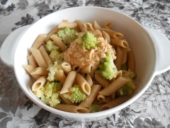 Receta de macarrones con romanesco y salsa de calabaza y almendras