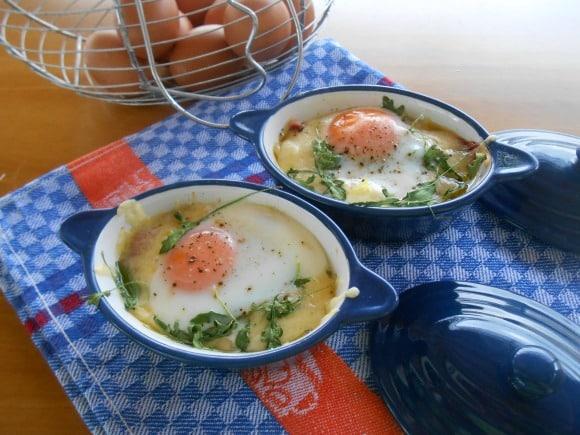 Receta de cazuelitas de huevos con rúcula y verduritas