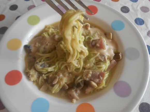 """Receta de """"espaguetis"""" de calabacín a la carbonara con Salsa de Cabrales"""