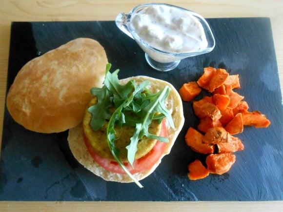 Receta de hamburguesa de mijo con pan hindú, salsa aromática y guarnición vegetal