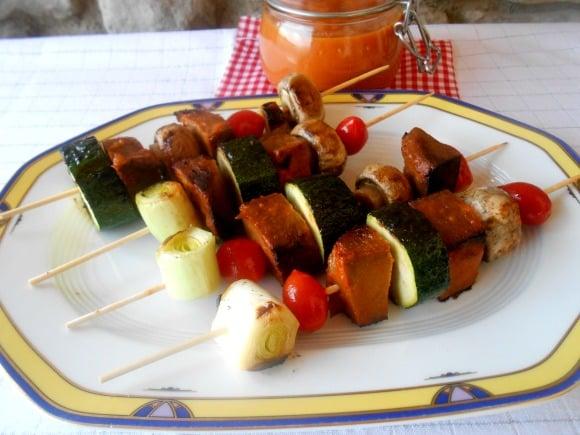 """Brochetas de """"carne"""" vegetal con verduritas, champiñones y salsa barbacoa casera"""
