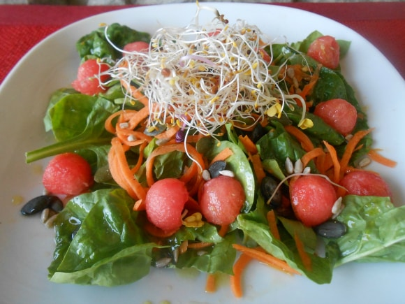 Ensalada multicolor con sandía y vinagreta dulce