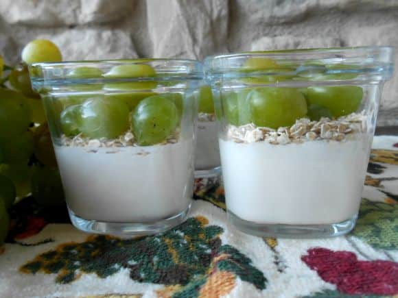 Receta de yogur de soja con copos de avena y uva