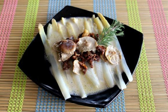 """""""Pasta sin pasta"""" de espárragos con salsa de coco, setas y tomates secos. Receta de Diego Guerrero"""